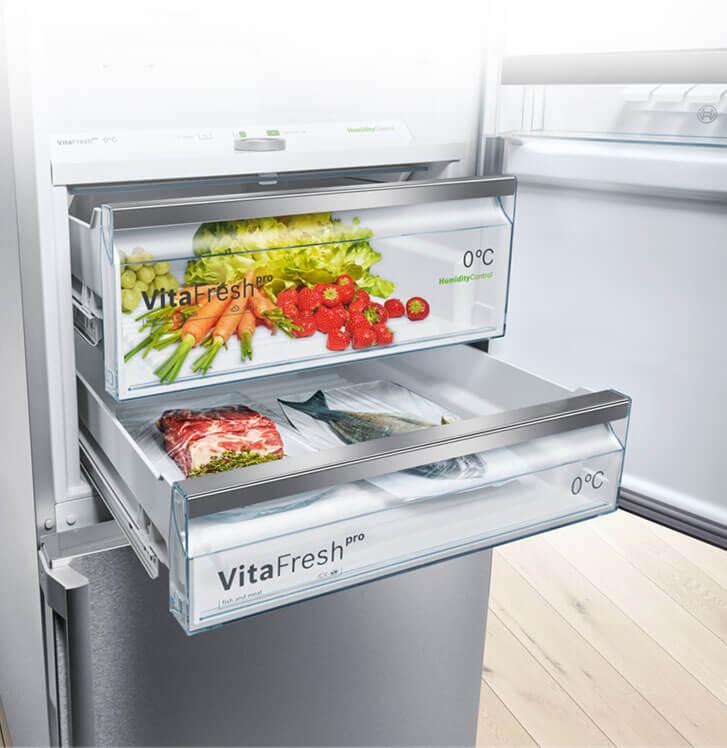 Küche Mit Geöffneter Bosch Kühl Gefrierkombination